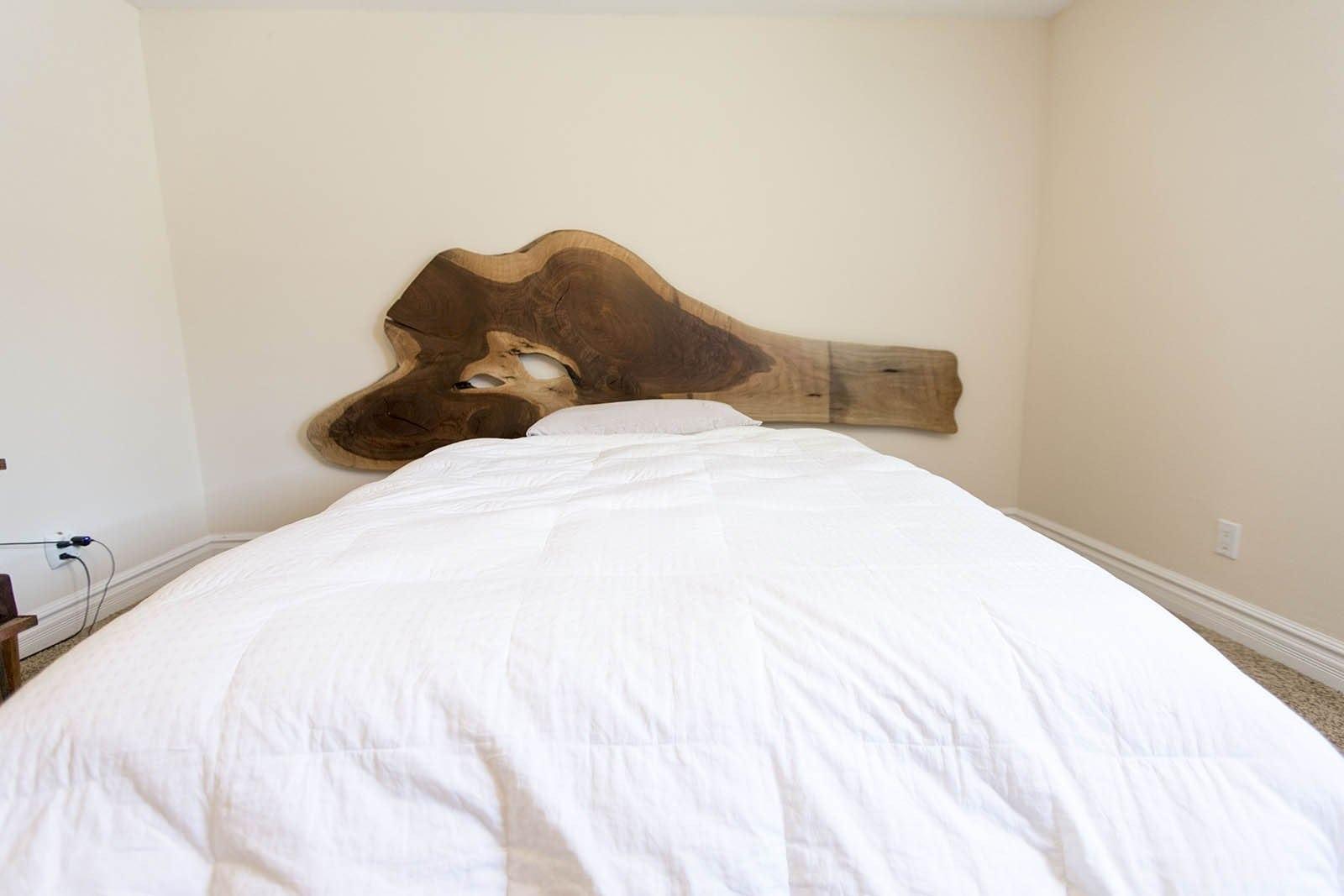 and wall sol thornam mattress le sent d des de trop headboard mount pin hanging cool by printemps co tapis a inspiration